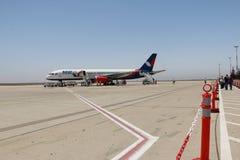 Avion d'Azurair dans l'aéroport dans la ville d'Agadir Image libre de droits