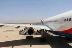 Avion d'Azurair dans l'aéroport dans la ville d'Agadir Images stock