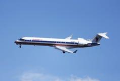 Avion d'Eagle Bombardier CRJ-700 d'Américain en ciel de New York avant le débarquement dans l'aéroport de Guardia de La Photos libres de droits