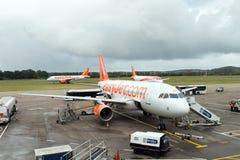 Avion d'EasyJet à l'aéroport d'Edimbourg, Ecosse Photos libres de droits
