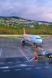 Avion d'Easyjet attendant à un macadam Photos libres de droits