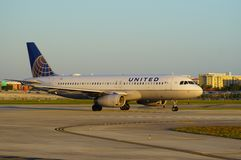 Avion d'United Airlines au MIA d'aéroport international de Miami Photos stock