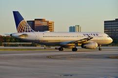Avion d'United Airlines au MIA d'aéroport international de Miami Image stock