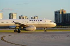 Avion d'United Airlines au MIA d'aéroport international de Miami Photos libres de droits