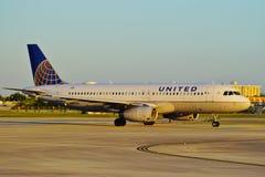 Avion d'United Airlines au MIA d'aéroport international de Miami Photo libre de droits