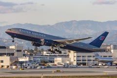 Avion d'United Airlines Boeing 777 décollant de l'aéroport international de Los Angeles Photographie stock libre de droits