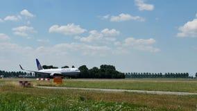 Avion d'United Airlines décollant de l'aéroport d'Amsterdam Schiphol, l'AMS banque de vidéos