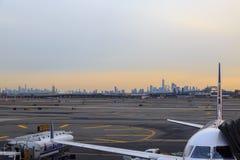 Avion d'United Airlines dans l'aéroport de Newark avec le silhoutte de New York Images stock