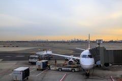 Avion d'United Airlines dans l'aéroport de Newark avec le silhoutte de New York Photographie stock