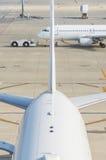 Avion dans l'aéroport Photos libres de droits