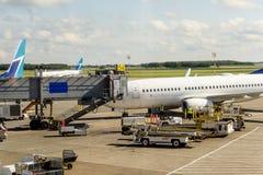 Avion dans l'aéroport en service Photos libres de droits