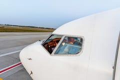 Avion dans l'aéroport en service Photo libre de droits