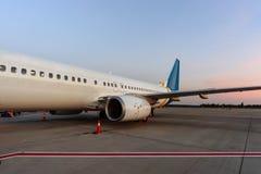 Avion dans l'aéroport en service Images stock