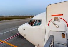 Avion dans l'aéroport en service Photos stock