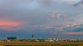 Avion dans l'aéroport en service Photographie stock