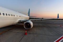 Avion dans l'aéroport en service Photographie stock libre de droits