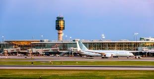Avion dans l'aéroport en service dans l'heure d'été Photographie stock