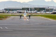 Avion dans l'aéroport en service dans l'heure d'été Image stock