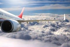 Avion dans l'avion de transport de voyage de vol de ciel Photographie stock libre de droits