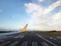 Avion dans la route de piste d'atterrissage Ciel bleu dans l'aéroport Image libre de droits