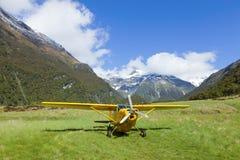 Avion dans la vallée Photo stock