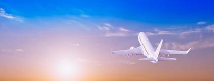 Avion dans le ciel au lever de soleil photos stock