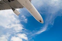 Avion dans le ciel Avion de ligne de passager Aéronefs Image stock