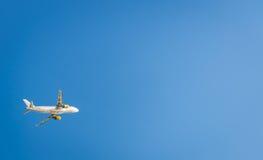 Avion dans le ciel bleu Image stock