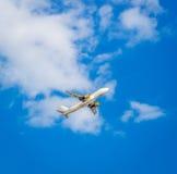 Avion dans le ciel bleu Photographie stock libre de droits