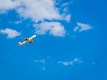 Avion dans le ciel bleu Images stock