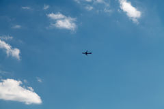 Avion dans le ciel bleu Photo stock
