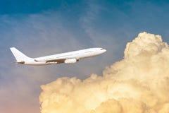 Avion dans le ciel orange de cumulus au lever de soleil photo libre de droits