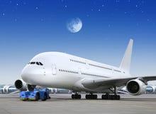 Avion dans le lumineux de la lune Photo stock