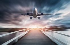 Avion dans le mouvement avec le fond brouillé Image libre de droits