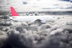 Avion dans le nuage de ciel bleu photographie stock libre de droits