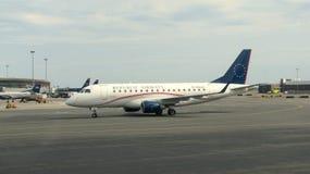 Avion dans un aéroport Photo stock
