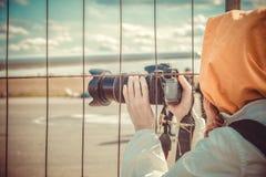 Avion de attente d'observateur par la barrière de l'aéroport Images libres de droits