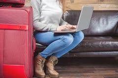 Avion de attente de fille dans ROM de salon de VIP, aéroport Image stock