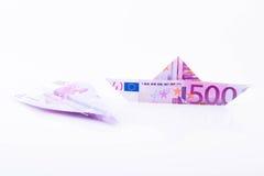 Avion de bateau et de papier fait avec une note de l'euro 500 Photos stock