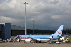 Avion de Boeing 737 d'embarquement Images libres de droits