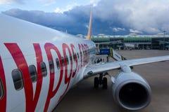 Avion de Boeing 737 d'embarquement image libre de droits