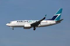 Avion de Boeing 737-700 de lignes aériennes de Westjet Photographie stock libre de droits