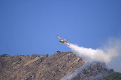 Avion de Canadair à l'incendie Photo stock