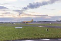 Avion de cargaison attendant pour décoller Photographie stock libre de droits