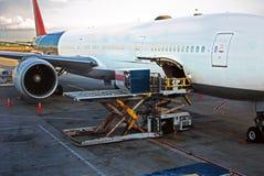 Avion de cargaison de chargement Photos stock