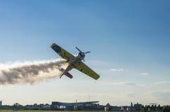 Avion de cascade avec de la fumée Photographie stock