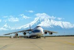 Avion de charge de Ruslan de Russe à l'aéroport d'Erevan Arménie, mars 2015 Photographie stock libre de droits