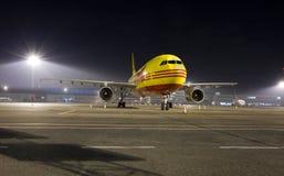 Avion de charge la nuit Photos stock