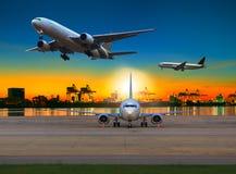 Avion de charge volant au-dessus de l'aéroport contre la belle lumière de matin Photos libres de droits