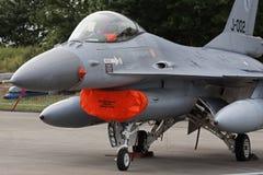 Avion de chasse de F-16 de stationnement Images libres de droits